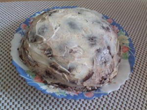 торт на тарелке