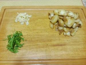 порезанные грибы и чеснок