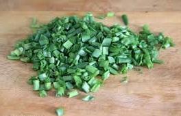 режем зеленый лук