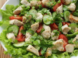 tepli salat s kuricei