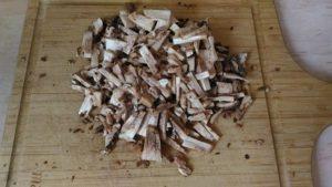 режем ножки грибов