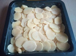выложить картофель