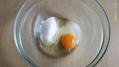 смешиваем сахар с яйцом