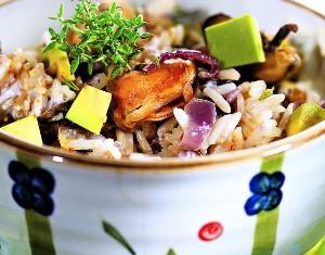 Рисовый салат с мидиями