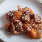 Мясо с лапшой в кисло-сладком соусе