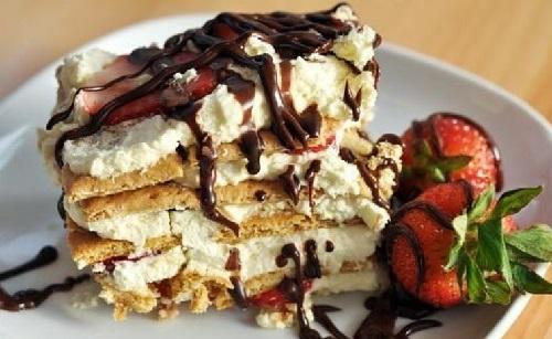 клубничный торт из печенья