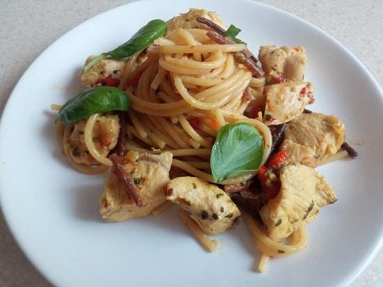 спагетти с куриным рагу