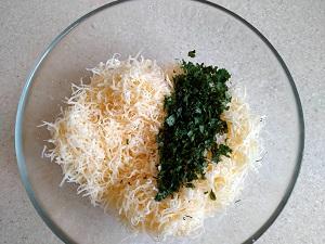 смешиваем сыр с зеленью