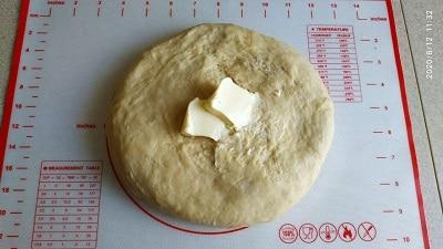 вмешиваем масло в тесто