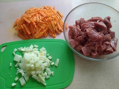 режем индейку и овощи