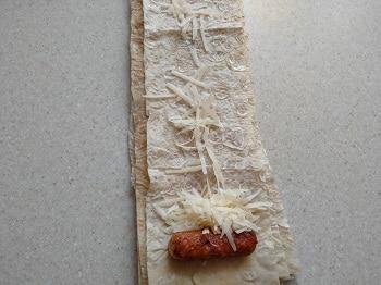 выкладываем колбаску на лаваш