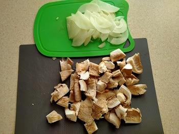 режем лук и грибы