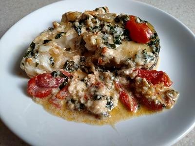 рыба в соусе со шпинатом