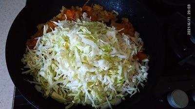 добавляем капусту в сковороду