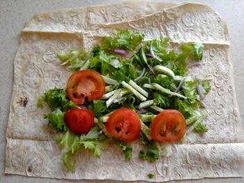 выкладываем овощи на лаваш