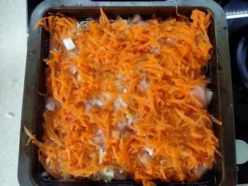 выкладываем морковь и лук